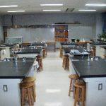 【化学実験室】 化学の授業を行います 危険な薬品などもたくさん揃っており、 実験を通して私たち生徒は 多くの謎を解明します